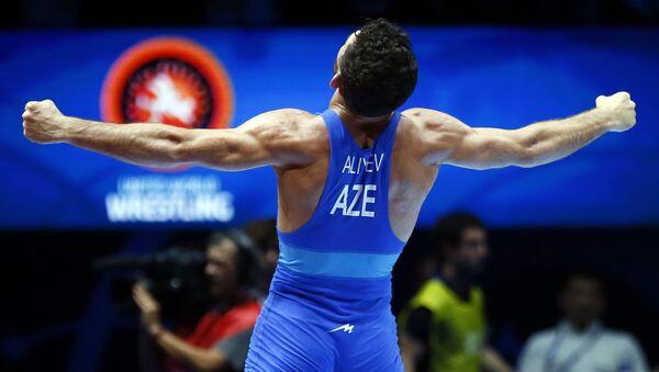 Азербайджанец Гаджи Алиев празднует победу в весовой категории до 61 кг среди мужчин в финале чемпионата мира по борьбе  - Sputnik Азербайджан