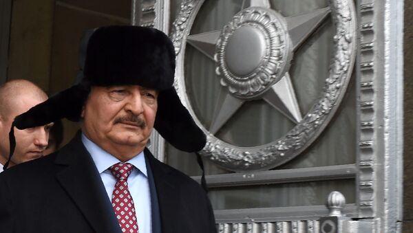Глава Ливийской национальной армии ливийский маршал Халифа Хафтар покидает главное здание МИД России после встречи с министром иностранных дел России в Москве - Sputnik Азербайджан
