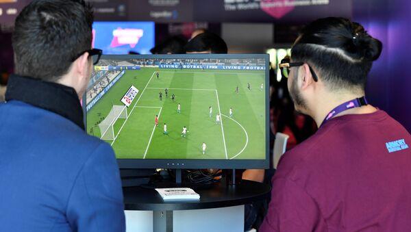 Посетители бара играют в футбольную симуляционную игру FIFA 2019 - Sputnik Азербайджан