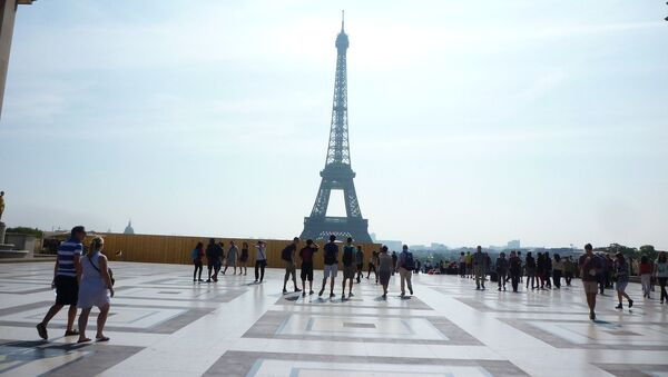 Туристы на Елисейских полях перед Эйфелевой башней - Sputnik Азербайджан
