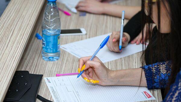 Международная образовательная акция Тотальный диктант в Баку - Sputnik Азербайджан