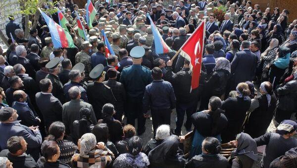 Həlak olan hərbi qulluqçu Abdullayev Hafiz Məhəd oğlunun dəfni - Sputnik Azərbaycan