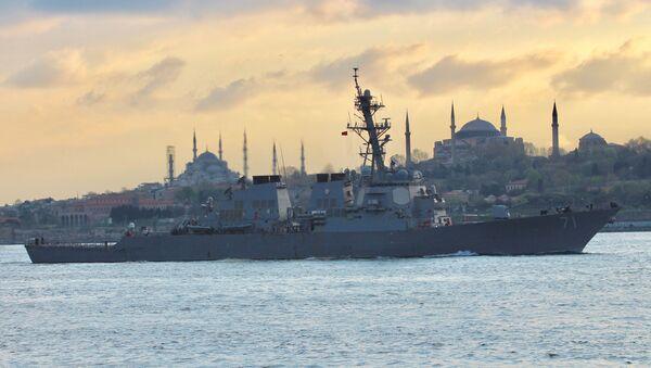 Ракетный эсминец ВМС США USS Ross в проливе Босфор в Стамбуле, Турция - Sputnik Azərbaycan