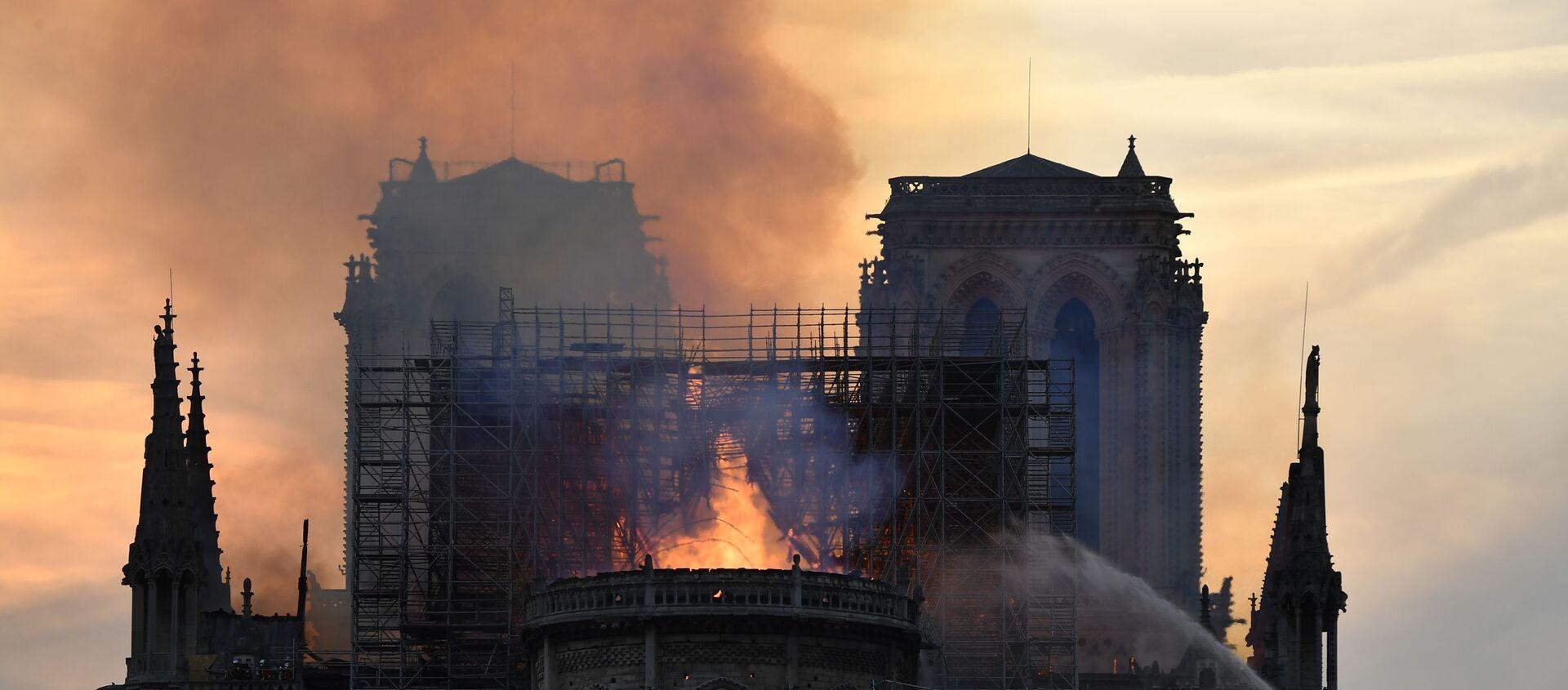 Пожар в соборе Парижской богоматери - Sputnik Азербайджан, 1920, 15.04.2019