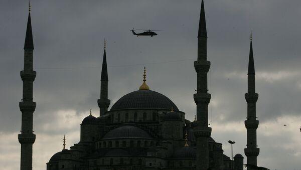 Вертолет турецкой армии патрулирует над Голубой мечетью в Стамбуле - Sputnik Azərbaycan