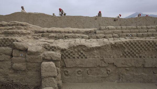 Археологи работают над частью недавно обнаруженного города инков Чан-Чан, недалеко от Трухильо, Перу - Sputnik Азербайджан