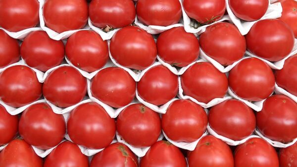 Прилавок с помидорами на Дорогомиловском рынке в Москве - Sputnik Азербайджан