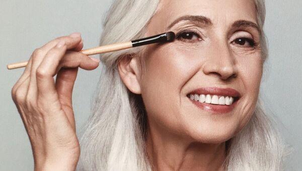 Взрослая женщина делает макияж - Sputnik Азербайджан