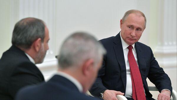 Президент РФ Владимир Путин и премьер-министр Армении Никол Пашинян (слева)  - Sputnik Азербайджан
