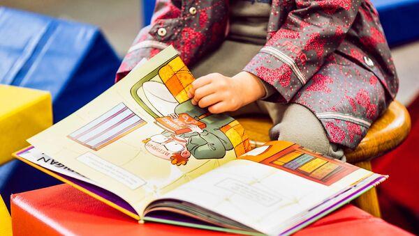 Ребенок читает книгу, фото из архива - Sputnik Azərbaycan