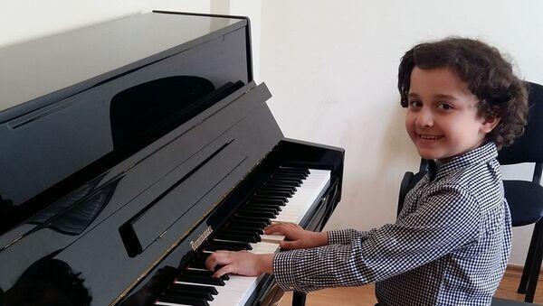 Юный азербайджанский исполнитель Искендер Гасанзаде  - Sputnik Азербайджан