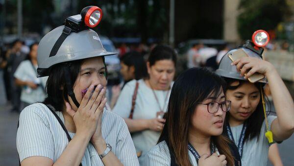 Эвакуация сотрудников здания после землетрясения в Маниле, Филиппины - Sputnik Азербайджан