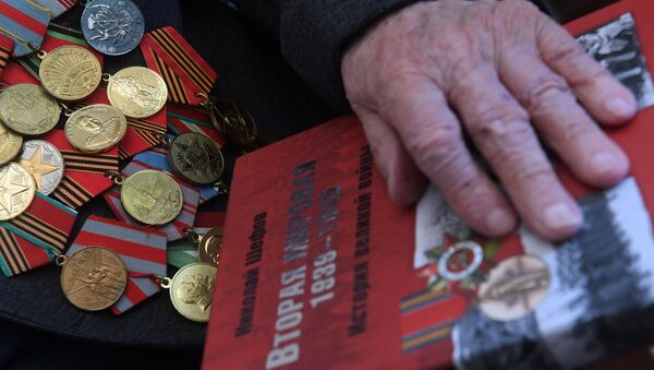 Медали и книга ветерана Великой Отечественной войны, фото из архива - Sputnik Azərbaycan