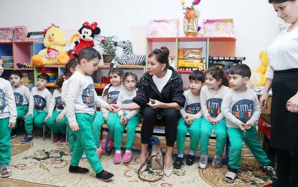 Первый вице-президент Мехрибан Алиева ознакомилась с условиями в детском саду номер 229 в Бузовне - Sputnik Азербайджан