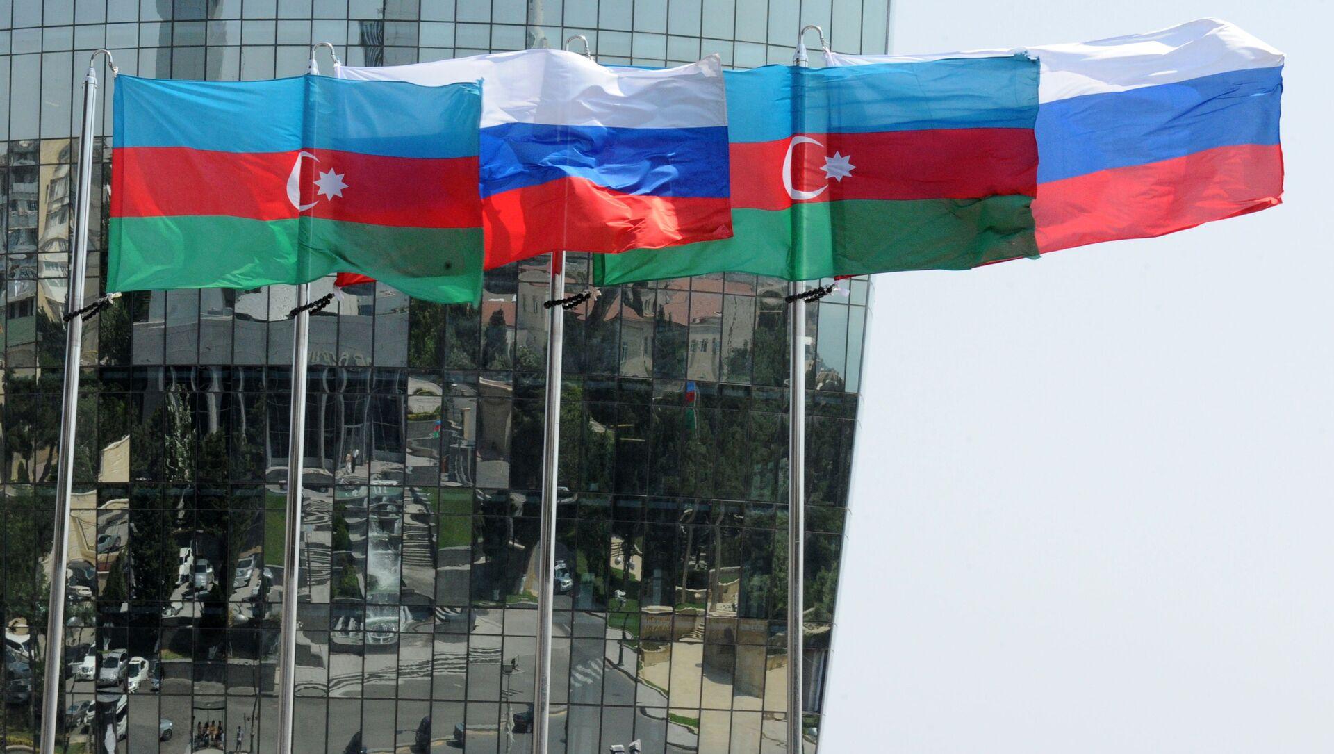 Национальные флаги России и Азербайджана на фоне фасада одной из башен Башни Пламени (Flame Towers) в Баку - Sputnik Азербайджан, 1920, 12.07.2021