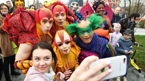 Артисты Cirque du Soleil открыли летний сезон в парке Зарядье - Sputnik Азербайджан