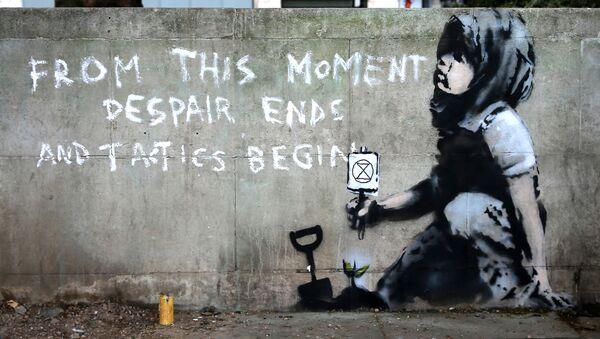 Граффити у Мраморной арки в Лондоне, предположительно созданное британским уличным художником Бэнкси - Sputnik Азербайджан