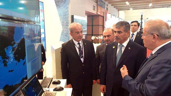 Министр обороны Азербайджана ознакомился с продукцией различных компаний, продемонстрированной на выставке IDEF-2019 - Sputnik Азербайджан