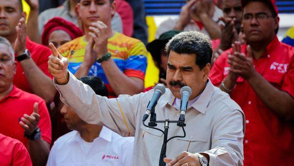 Президент Венесуэлы Николас Мадуро выступает в Каракасе на акции своих сторонников - Sputnik Азербайджан