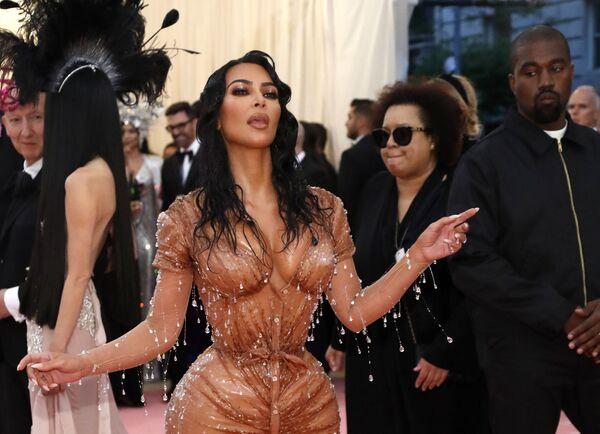 Звезда реалити-шоу Ким Кардашян с мужем на Met Gala 2019 в Нью-Йорке  - Sputnik Азербайджан