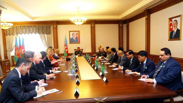 Министр обороны Азербайджана генерал-полковник Закир Гасанов встретился с делегацией, возглавляемой профессором Королевского колледжа оборонных исследований Великобритании Дэвидом Эллери - Sputnik Азербайджан