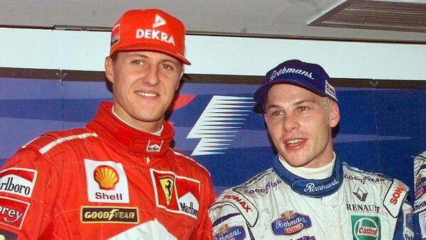 Немецкий гонщик Ferrari Михаэль Шумахер (слева) и канадский гонщик Williams-Renault Жак Вильнёв стоят рядом перед последней гонкой 1997 года - Sputnik Азербайджан
