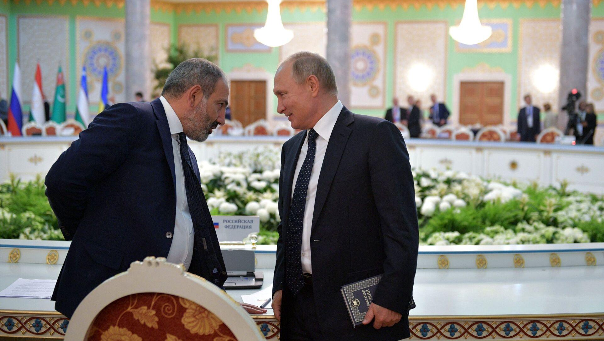 Президент РФ Владимир Путин и премьер-министр Армении Никол Пашинян - Sputnik Азербайджан, 1920, 06.07.2021