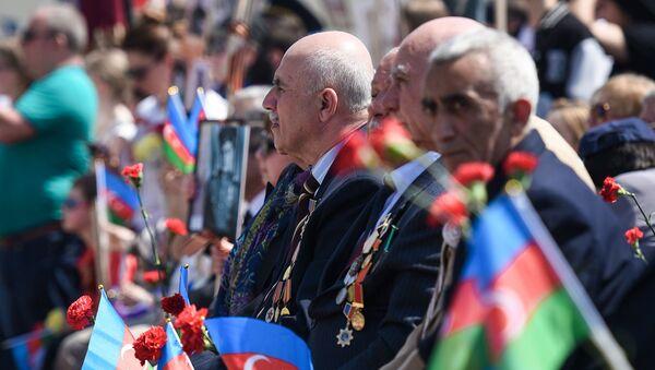 Акция Бессмертный полк по случаю 74 годовщины Дня Победы в Баку - Sputnik Азербайджан