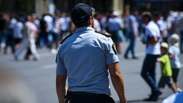 Сотрудник полиции в Баку - Sputnik Азербайджан