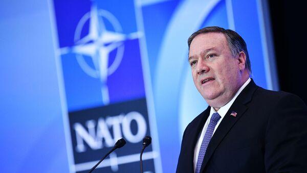 Госсекретарь США Майк Помпео выступает на пресс-конференции во время встречи министров иностранных дел НАТО в Государственном департаменте в Вашингтоне, округ Колумбия - Sputnik Azərbaycan