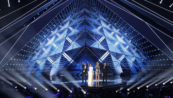 Израильский телеведущий Асси Азар, израильская телеведущая Люси Аюб, израильская супермодель Бар Рафаэли и израильский телеведущий Эрез Тал (слева направо) готовятся представить первый полуфинал 64-го конкурса песни Евровидение 2019 в Тель-Авиве - Sputnik Азербайджан
