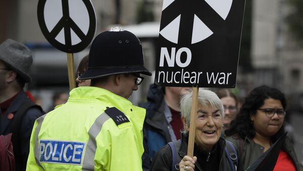 Демонстрант держат плакаты в знак протеста ядерной войне, фото из архива - Sputnik Азербайджан