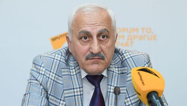 Советник ректора Бакинского государственного университета по международным связям, профессор Чингиз Исмаилов - Sputnik Азербайджан