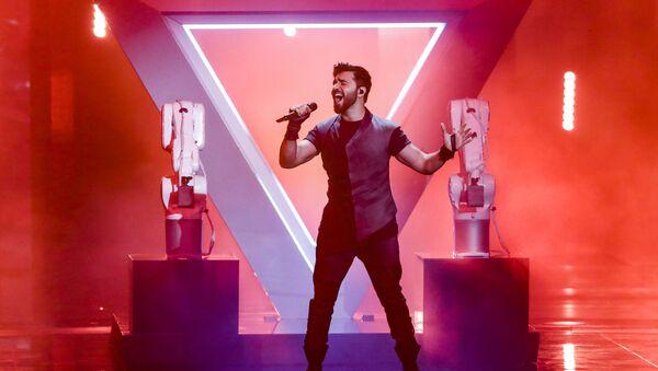 Чингиз Мустафаев из Азербайджана исполняет песню Правда во время второго полуфинала 64-го конкурса Евровидение-2019 в Тель-Авиве - Sputnik Азербайджан