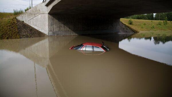 Затопленный автомобиль - Sputnik Азербайджан