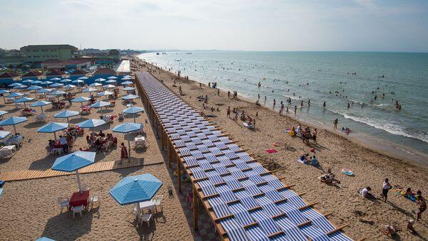 На одном из абшеронских пляжей, фото из архива - Sputnik Азербайджан