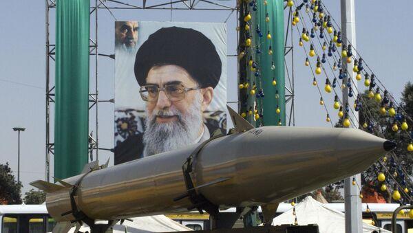 Ракета, перед плакатом верховного лидера Ирана аятоллы Али Хаменеи, во время военной выставки - Sputnik Азербайджан