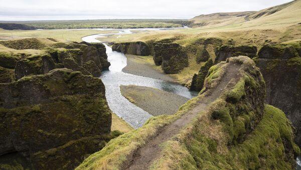 Обрыв в каньоне Фьярдраглуфур на юго-востоке Исландии - Sputnik Азербайджан