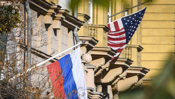 Рядом со зданием посольства США в Москве развевается российский флаг - Sputnik Азербайджан