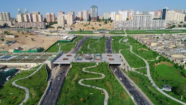 Prezident İlham Əliyev Təzəpir məscidinin qarşısındakı yeni bağın və Füzuli küçəsi boyunca salınan Mərkəzi Parkın açılışında iştirak edib - Sputnik Азербайджан