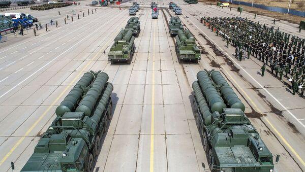 Зенитные ракетные системы С-400 во время репетиции парада Победы на военном полигоне Алабино - Sputnik Азербайджан