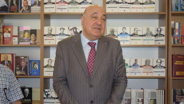 В книжном центре Azerkitab прошла презентация новой книги народного писателя Чингиза Абдуллаева Торжество хама - Sputnik Азербайджан
