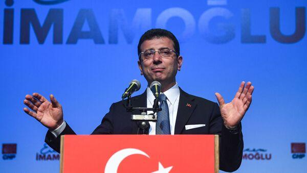 Кандидат от турецкой оппозиции в Стамбуле повторно баллотируется на выборах мэра, Экрем Имамоглу выступает на сцене во время своей повторной встречи по координации политической кампании - Sputnik Azərbaycan