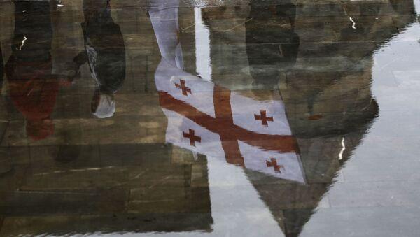 Отражения в воде флага Грузии и собора Светицховели  - Sputnik Азербайджан