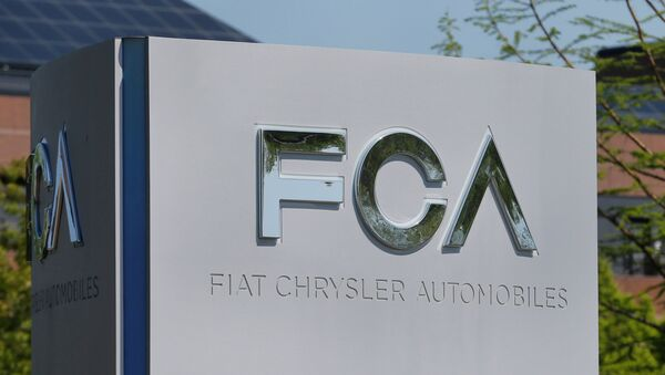 Логотип Fiat Chrysler Automobiles около здания головного офиса в Оберн-Хилс, Мичиган, США - Sputnik Азербайджан