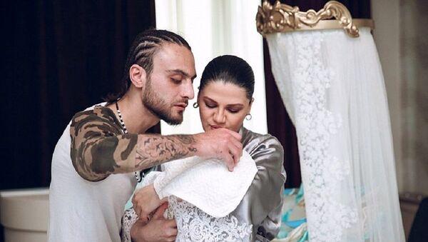 Известная азербайджанская певица Натаван Хабиби и рэпер Дадо (Саид Алиев) показали своего новорожденного сына Зейда - Sputnik Азербайджан