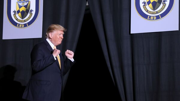 Президент США Дональд Трамп участвует в Послании в День поминовения на борту USS Wasp (LHD 1) в Йокосуке, к югу от Токио, Япония - Sputnik Азербайджан