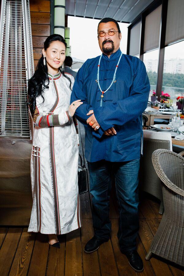 Стивен Сигал с женой на pre-party международного музыкального фестиваля Жара-2019 - Sputnik Азербайджан