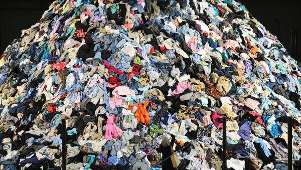 Экспозиция французского художника Кристиана Болтански, состоящая из 30 тонн выброшенной одежды в Оружейной палате на Парк-авеню в Нью-Йорке, 2010 год - Sputnik Азербайджан