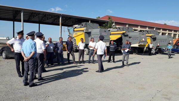 Сотрудники дорожной полиции провели рейды для выявления сельскохозяйственной техники, не прошедшей регистрацию, техосмотр, или управляемой без водительских прав - Sputnik Азербайджан